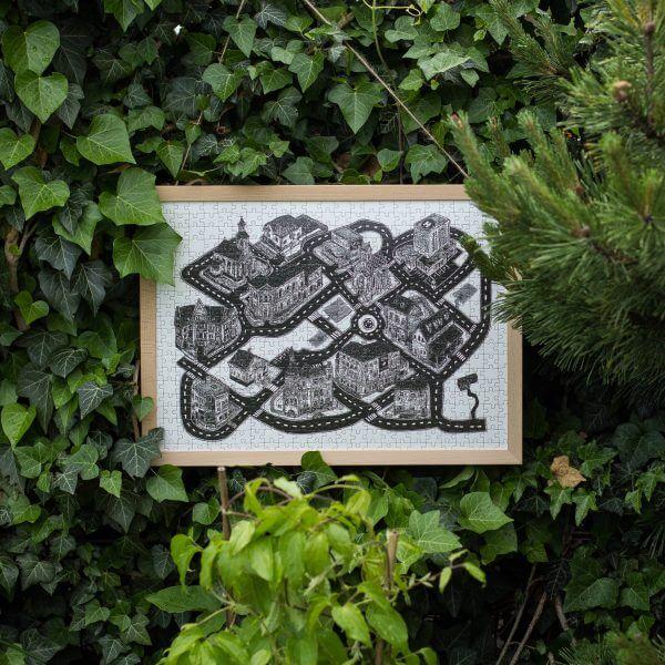 Puzzle s motívom od Lukáša Cehľára v drevenom ráme zavesené v prírode
