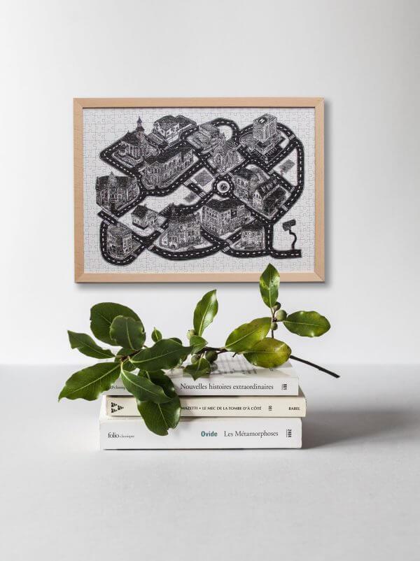 Ako zavesiť puzzle na stenu? Jednoducho! Vďaka drevenému rámu sa puzzle nemusia lepiť a môžete si ich kedykoľvek zavesiť na stenu tak, ako napríklad tieto od Lukáša Cehľára