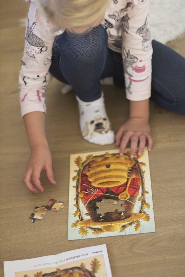 Deti skladaju puzzle od Mellow a Adriana MAcha Medved Maskrtnik